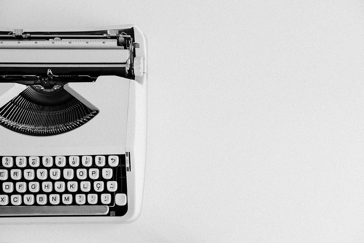 Máquina de escrever em preto e branco