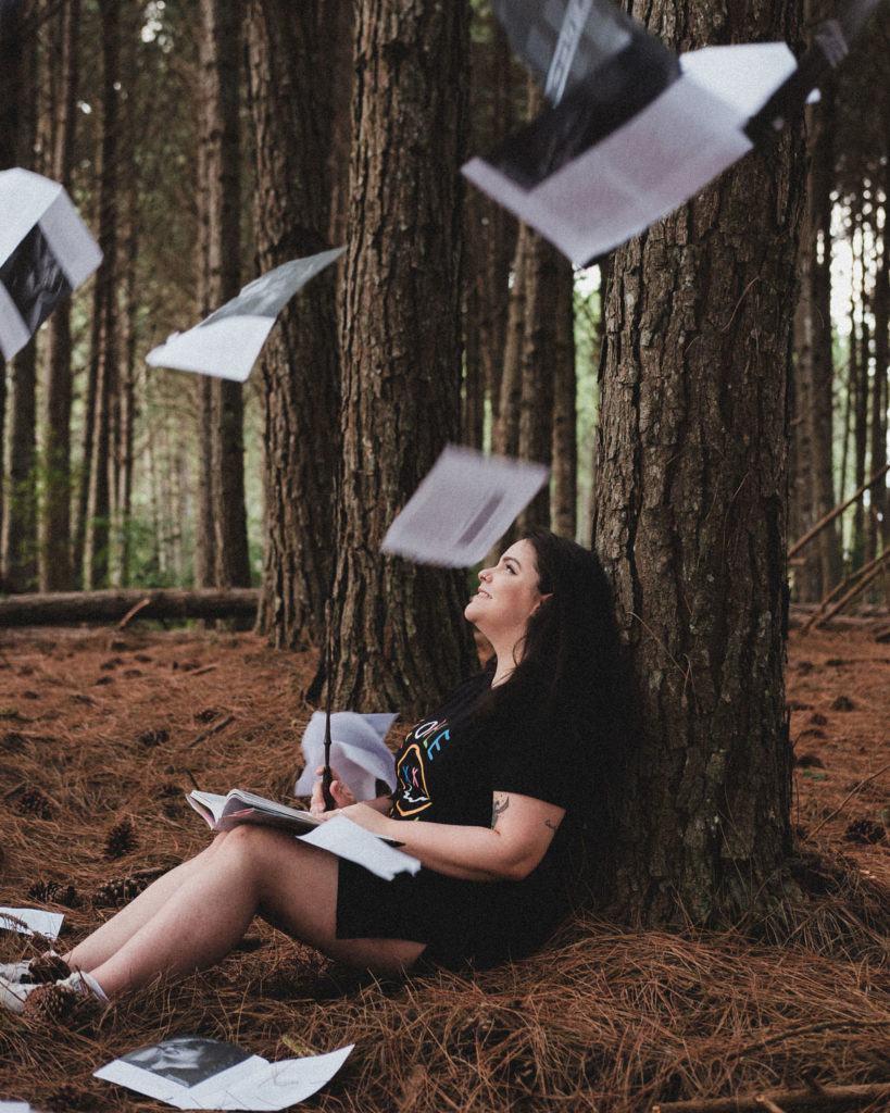 Liv em uma floresta rodeada de livros