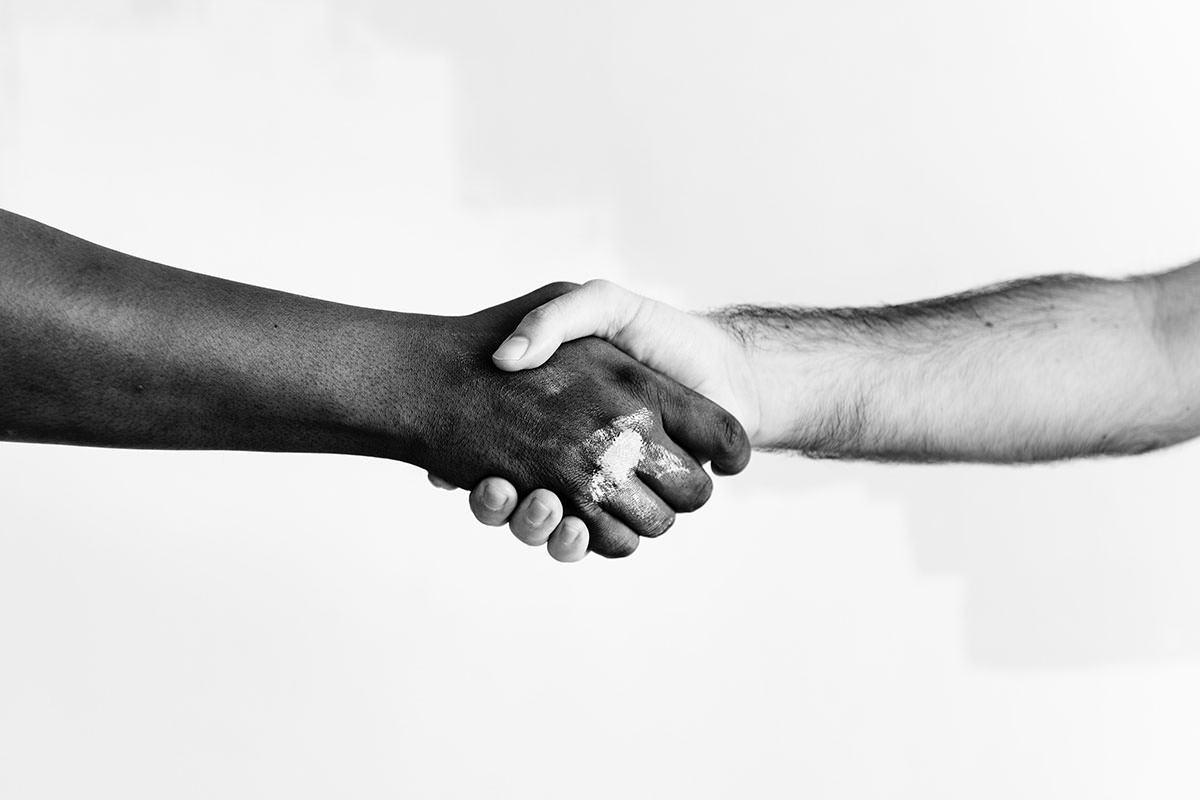 Aperto de mãos em preto e branco